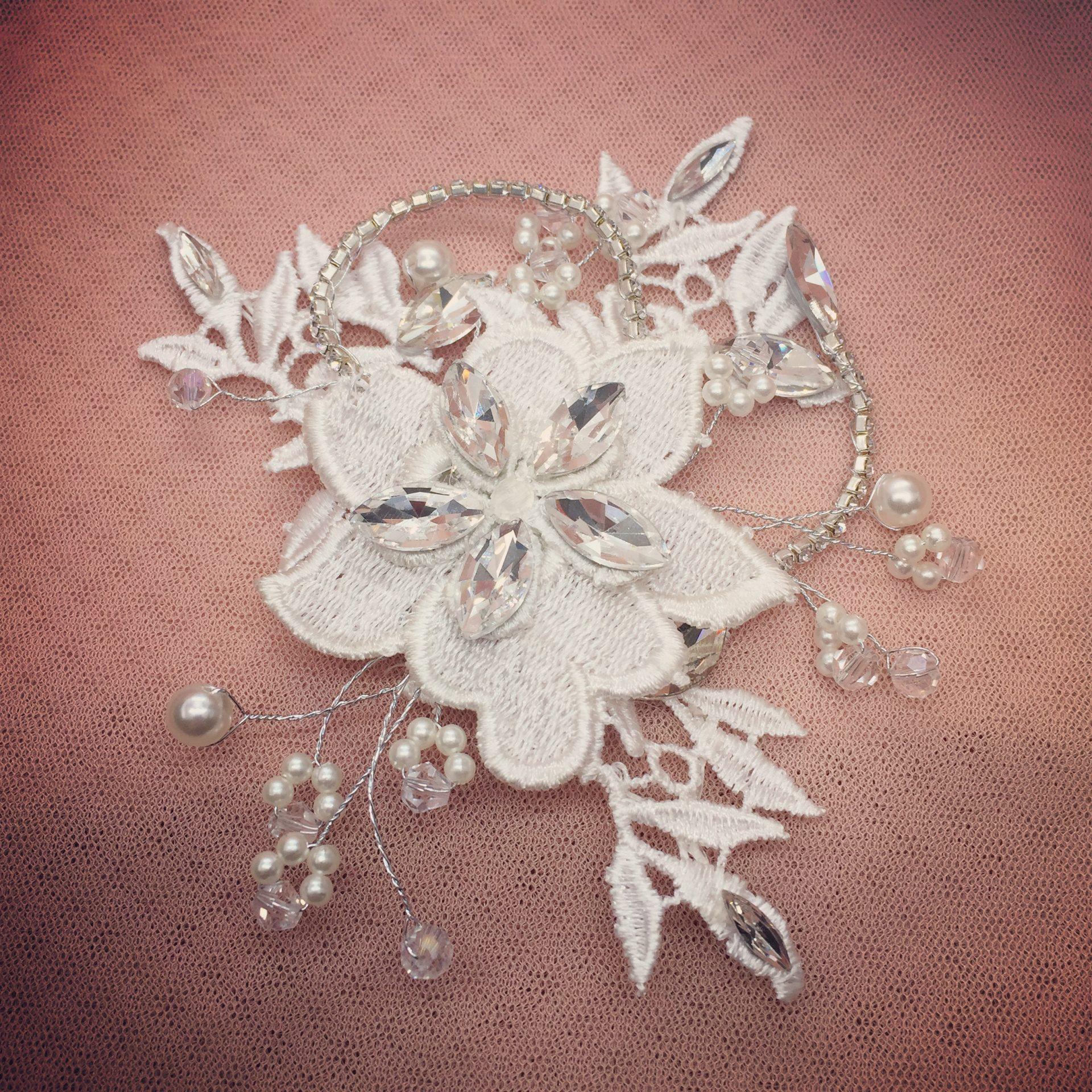 3. Floral Fashionista – Clip (i)